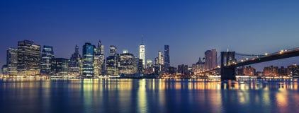 Vista de Manhattan na noite Fotografia de Stock