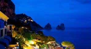 Vista de Marina Piccola y de Faraglioni por la noche, isla de Capri Fotos de archivo libres de regalías