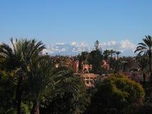 Vista de Marrakesh con las montañas de atlas en fondo Foto de archivo