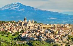 Vista de Militello em Val di Catania com o Monte Etna no fundo - Sicília, Itália imagem de stock