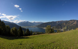 A vista de Mitterberg a Zell Am considera o lago Zell & Kitzsteinhorn Foto de Stock