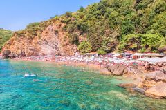 Vista de Mogren - a praia a mais pitoresca do Adriático na cidade de Budva, Montenegro, Europa Foto de Stock Royalty Free