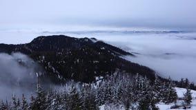 Vista de montañas cárpatas rumanas en invierno almacen de video