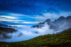 Vista de montañas en el final del día claro Imagenes de archivo