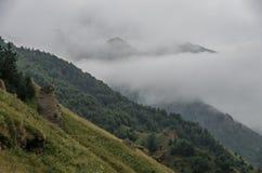 Vista de montañas en las nubes después de la tormenta en valle cerca de Jorge Foto de archivo libre de regalías
