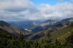 Vista de montañas gigantes Imagenes de archivo