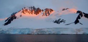 Vista de montañas nevosas Fotos de archivo libres de regalías