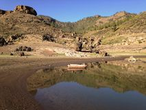 Vista de montañas y del charco en la presa de Las Niñas Foto de archivo libre de regalías