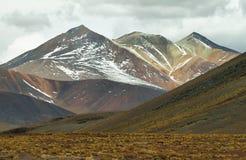 Vista de montanhas coloridas na passagem de Sico, o Chile imagem de stock royalty free