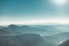 Vista de montanhas de Monserrate da manhã com o céu do embaçamento e da cerceta Fotografia de Stock Royalty Free