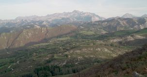 Vista de montanhas do gret no horizonte video estoque