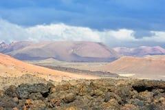 Solo da lava e montanha vulcânica na ilha de Lanzarote, Isla amarelo imagem de stock royalty free