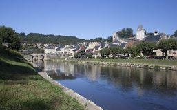 Vista de Montignac del banco del sur del río Foto de archivo