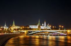 Vista de Moscú el Kremlin en la noche imagen de archivo