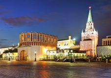 Vista de Moscovo Kremlin na noite Rússia foto de stock royalty free