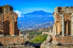 Vista de Mt el Etna de las ruinas griegas del teatro Imagenes de archivo