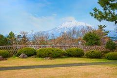 Vista de Mt Iwaki del jardín japonés conmemorativo de Fujita en Hirosaki, Japón imagenes de archivo