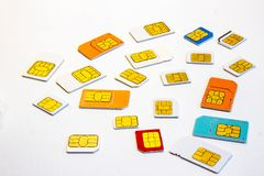 Vista de muchos formatos y colores de las tarjetas del sim diversos fotos de archivo