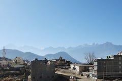 Vista de Muktinath no fundo da silhueta do ele Fotografia de Stock Royalty Free