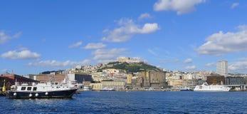Vista de Nápoles del mar imagenes de archivo