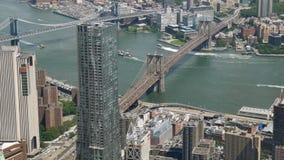 Vista de nível elevado East River e pontes de Brooklyn e de Manhattan video estoque