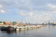 Vista de Neva River y del puerto del cargo Foto de archivo libre de regalías