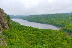 Vista de niebla del lago remoto Imagen de archivo
