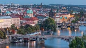 Vista de nivelamento aérea do rio de Vltava e dia iluminado das pontes ao timelapse da noite, Praga vídeos de arquivo