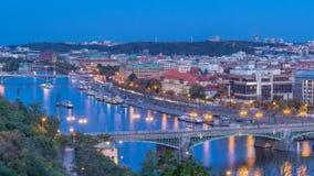 Vista de nivelamento aérea do rio de Vltava e dia iluminado das pontes ao timelapse da noite, Praga filme