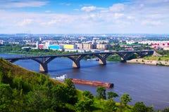 Vista de Nizhny Novgorod con el puente de Molitovsky Fotografía de archivo