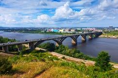 Vista de Nizhny Novgorod con el puente de Molitovsky Foto de archivo