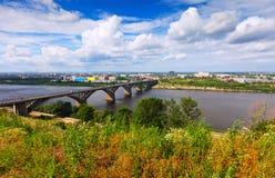 Vista de Nizhny Novgorod con el puente de Molitovsky Imagenes de archivo