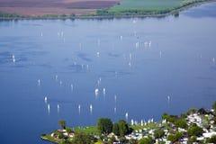 Vista de Nove Mlyny - lago Musov com barcos, barcos de navigação e windsurfe na chuva em Palava Fotografia de Stock Royalty Free