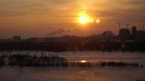 Vista de Novosibirsk de la altura en la puesta del sol en invierno 3840x2160 almacen de video