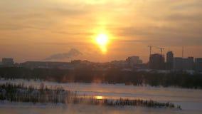 Vista de Novosibirsk de la altura en la puesta del sol en invierno 3840x2160 metrajes