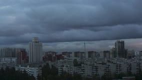 Vista de nuvens cinzentas acima da cidade no dia e na noite luzes edifícios Timelapse video estoque