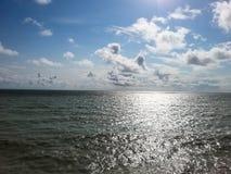 Vista de Oceano Atlântico perto das nuvens dramáticas dos penhascos de Dôvar fotografia de stock royalty free