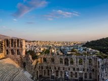 Vista de Odeon do teatro do Atticus de Herodes no monte da acrópole, Atenas, Grécia, negligenciando a cidade no por do sol imagem de stock royalty free