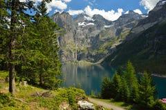 Vista de Oeschinensee & de x28; Oeschinen& x29; O whrer do lago é mundo Heri do UNESCO Fotos de Stock
