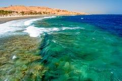 Vista de ondas verdes azules salvajes en el embarcadero en Calimera Habiba Beach Resort imagenes de archivo