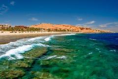 Vista de ondas verdes azules salvajes en el embarcadero en Calimera Habiba Beach Resort foto de archivo libre de regalías
