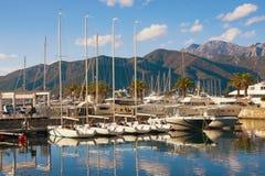 Vista de Oporto Montenegro - navegue el puerto deportivo en el Adriático Ciudad de Tivat, Montenegro Imagen de archivo libre de regalías