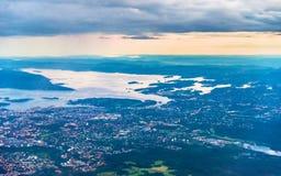Vista de Oslo de un aeroplano en el acercamiento al aeropuerto de Gardermoen imagen de archivo libre de regalías