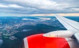 Vista de Oslo de un aeroplano en el acercamiento al aeropuerto de Gardermoen imagenes de archivo