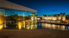 Vista de Oslo na noite Iluminação bonita da cor imagens de stock