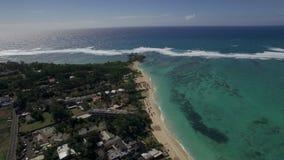 Vista de pájaro aérea de la costa con la playa de la arena y agua transparente del Océano Índico, isla de Mauriticus almacen de video