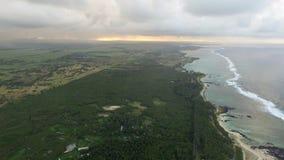 Vista de pájaro aérea de la costa con la playa de la arena y palmeras y agua del Océano Índico, Mauritius Island almacen de video