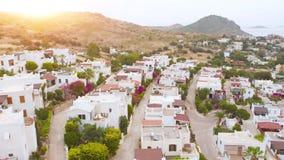 Vista de pájaro aérea del pueblo del país en la ladera en la puesta del sol Lugar acogedor metrajes