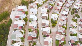 Vista de pájaro aérea del pueblo del país en la ladera en la puesta del sol Lugar acogedor almacen de metraje de vídeo