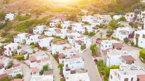 Vista de pájaro aérea del pueblo del país en la ladera en la puesta del sol Lugar acogedor almacen de video
